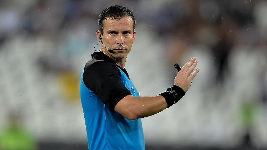 O árbitro Rodrigo Nunes de Sá durante Vasco e Flamengo, nas finais do estadual do Rio-2019 - Thiago Ribeiro/Agif