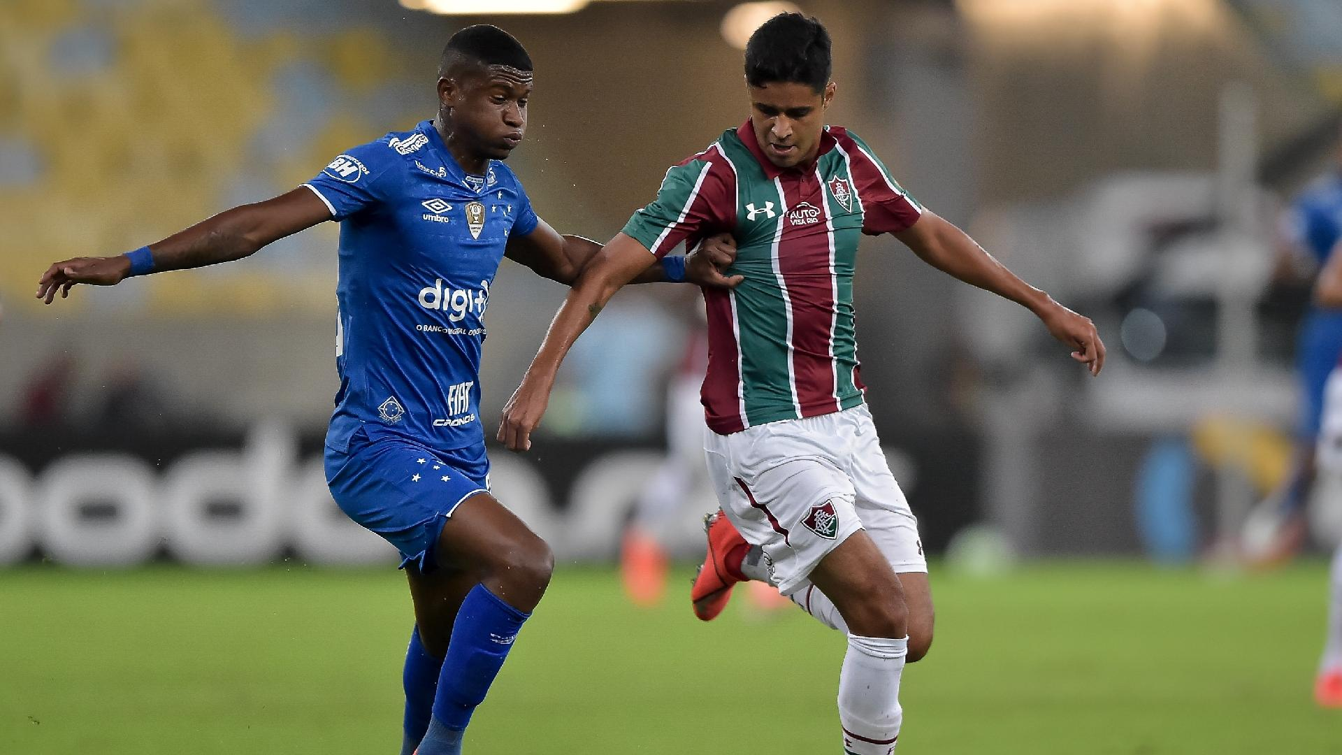 Léo Artur, do Fluminense, disputa lance com Orejuela, do Cruzeiro, durante partida pela Copa do Brasil