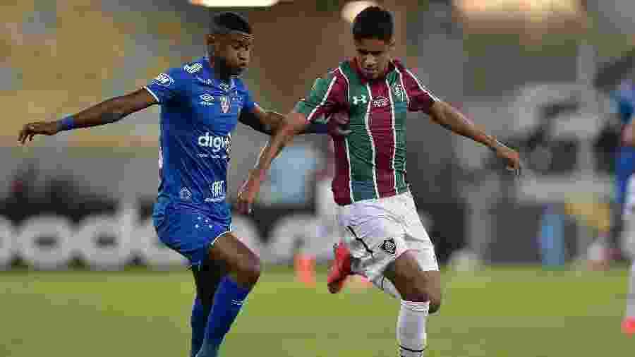 Léo Artur disputa lance com Orejuela durante partida pela Copa do Brasil: times se reencontram pelo Brasileiro hoje - Thiago Ribeiro/AGIF