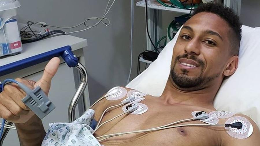Atacante Biro Biro faz sinal de positivo enquanto realiza exames médicos após sofrer uma arritmia em treino do Botafogo - Divulgação / Bloom Soccer