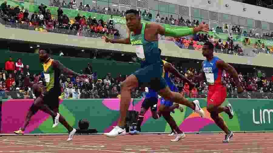 Brasileiro Paulo André (dir) vence sua série semifinal dos 100m rasos pelo Pan de Lima - Luis ACOSTA / AFP