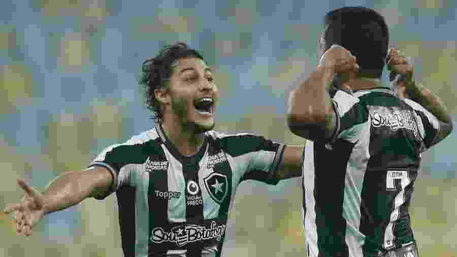 Marcinho (esquerda) tem dado a volta por cima após trabalho feito por psicólogo do Botafogo - Vitor Silva/Botafogo.