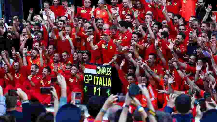 Leclerc posa com equipe da Ferrari em Monza - Dan Istitene/Getty Images