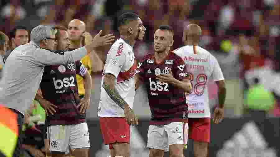 Paolo Guerrero foi expulso contra o Flamengo e o Inter entende que sofreu pênalti naquele jogo - Thiago Ribeiro/AGIF