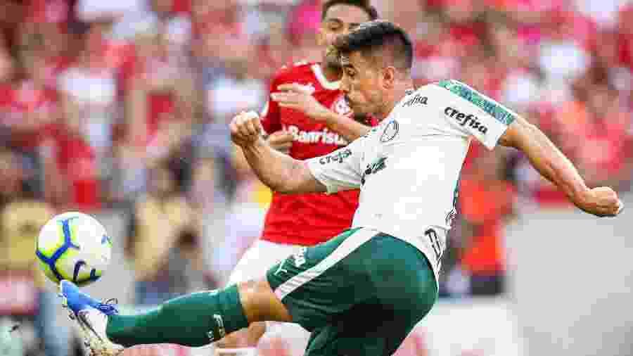 Willian acerta chute de esquerda em partida do Palmeiras contra o Internacional no Beira-Rio - Pedro H. Tesch/AGIF
