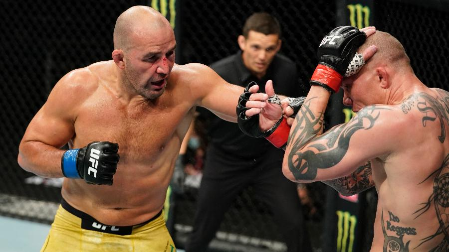 Glover Teixeira (esq) em luta contra Anthony Smith no UFC -  Cooper Neill/Zuffa LLC via Getty Images