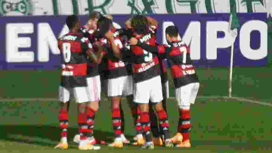 Jogadores do Flamengo comemoram gol marcado contra o Coritiba - Gabriel Machado/AGIF