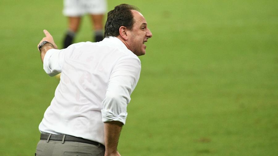Rogério Ceni instrui o Fortaleza na ida das oitavas de final da Copa do Brasil, contra o São Paulo - Kely Pereira/AGIF