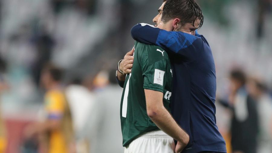 Técnico Abel Ferreira abraça Viña após eliminação do Palmeiras do Mundial de Clubes - REUTERS/Mohammed Dabbous