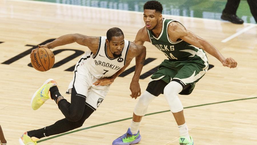 Kevin Durant, do Brooklyn Nets, encara a marcação de Giannis Antetokounmpo, do Milwaukee Bucks, em jogo da NBA - Jeff Hanisch/USA TODAY Sports