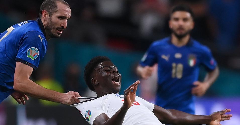 Chiellini puxou a camisa de Saka para evitar ataque inglês já nos minutos finais da partida