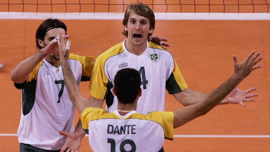 André Heller em ação pela seleção brasileira de vôlei nas Olimpíadas de Atenas-2004 - Ben Radford/Getty Images