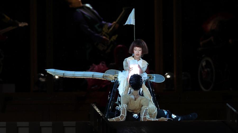 Um avião com apenas uma asa voa na cerimônia de abertura dos Jogos Paralímpicos de Tóquio - Buda Mendes/Getty Images