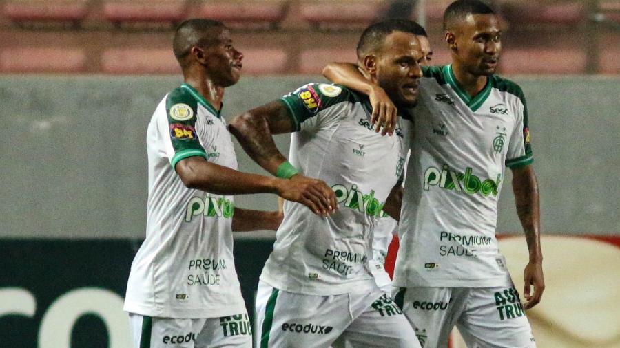 Jogadores do América-MG comemoram gol diante do Palmeiras - Fernando Moreno/AGIF