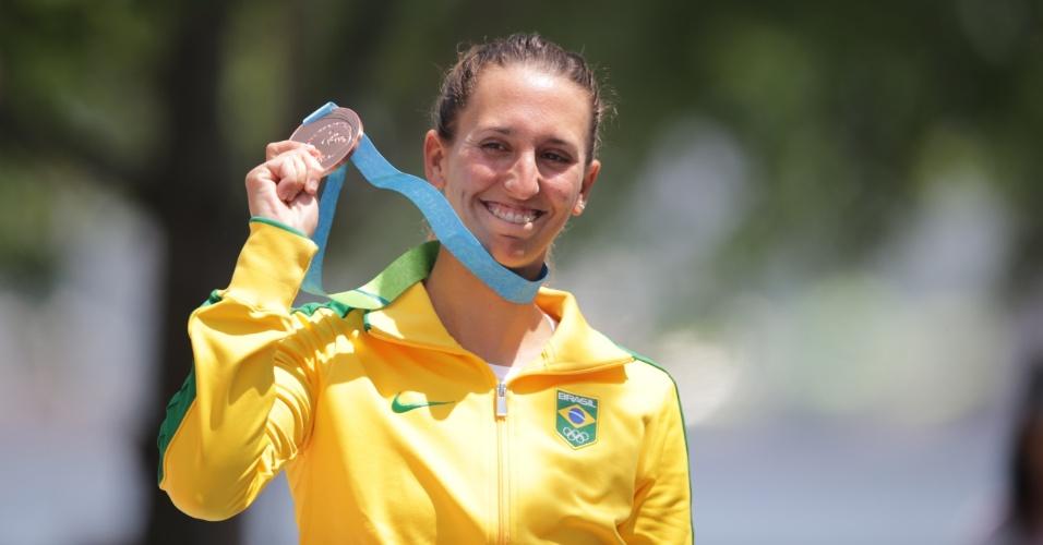 Fernanda Demetrio comemora a medalha de bronze conquistada na vela, na categoria Laser Radial
