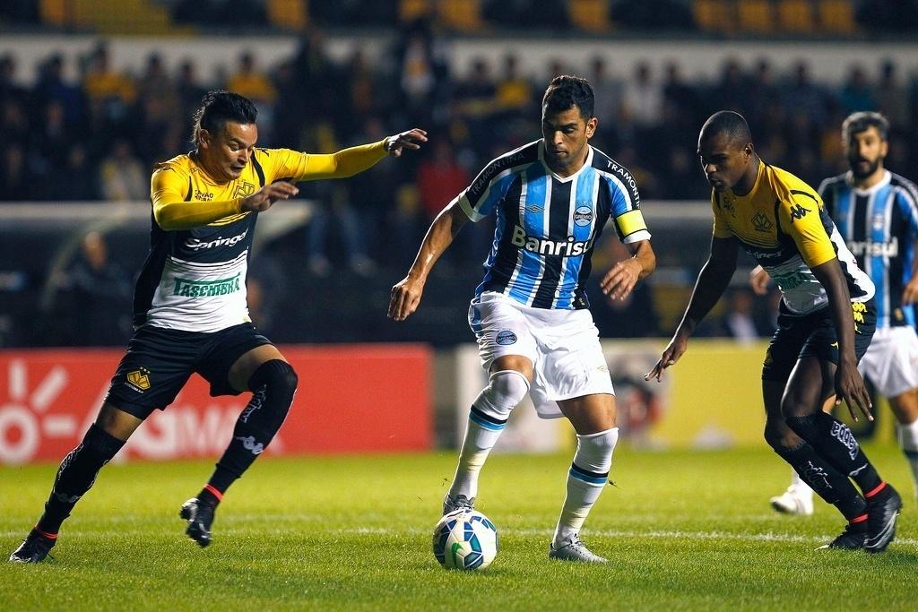 Maicon domina bola mercado pelo zagueiro Fábio Ferreira, em partida válida pela Copa do Brasil