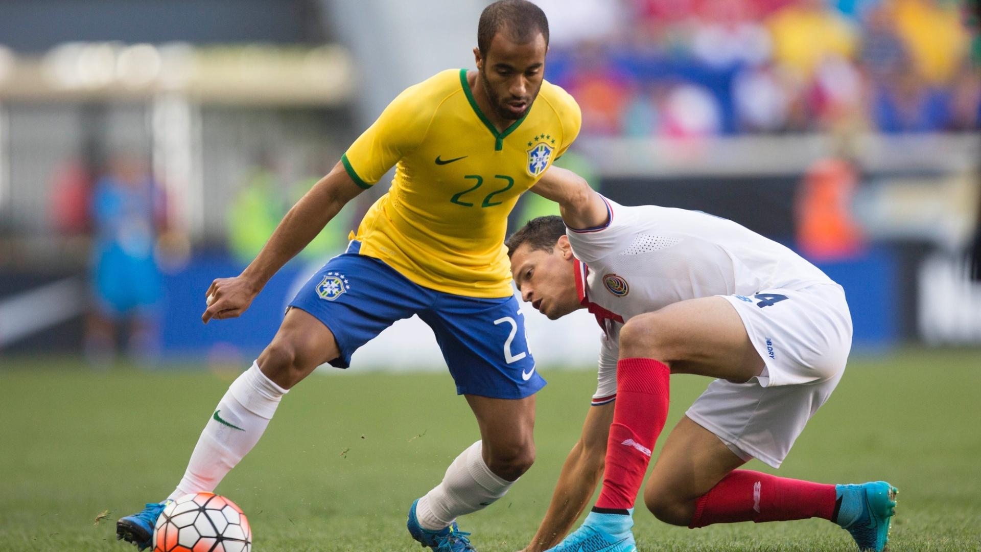 Lucas disputa bola com jogador da Costa Rica, durante amistoso neste sábado (5), realizado nos Estados Unidos
