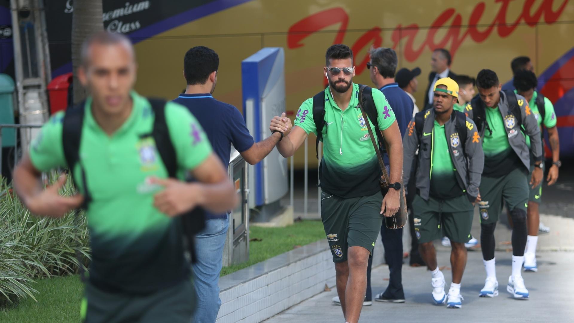Alisson chega com estilo ao hotel da seleção brasileira em Recife