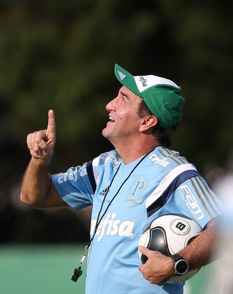 Cuca durante treino do Palmeiras na Academia de Futebol