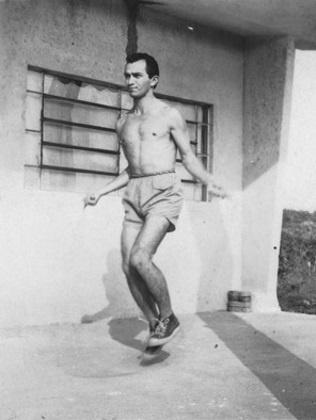Virgílio Gomes da Silva pula cordas como parte de seu treinamento físico