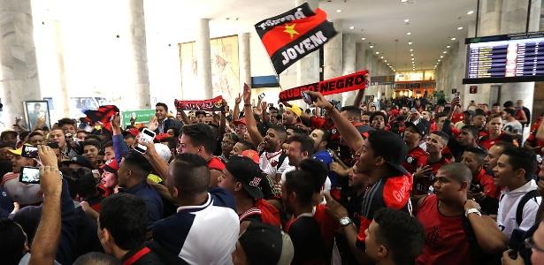Torcida do Flamengo lotou aeroporto para receber Diego e promete repetir festa nesta terça (13)