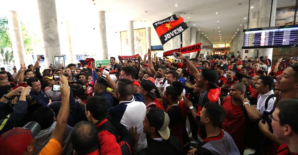 Torcida do Flamengo compareceu em peso para receber Diego no Aeroporto Santos Dumont