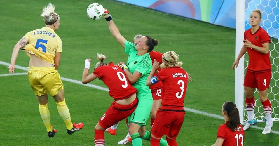 A goleira Almuth Schult, da Alemanha, defende a jogada da Nilla Fischer, da Suécia
