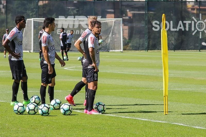 Pouco aproveitado por Roger Machado, Carlos Eduardo está de saída do Atlético-MG