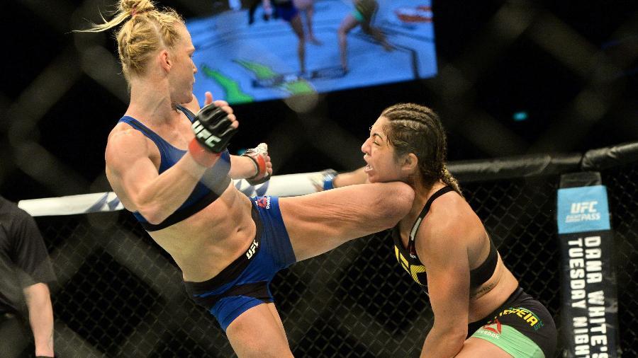 Holly Holm acerta chute no rosto de Bethe Correia e nocauteia brasileira - AFP PHOTO / ROSLAN RAHMAN