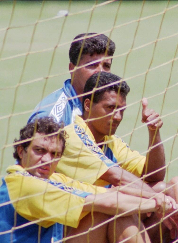 Copa do Mundo 1994: Romário e Branco atrás do gol após treino