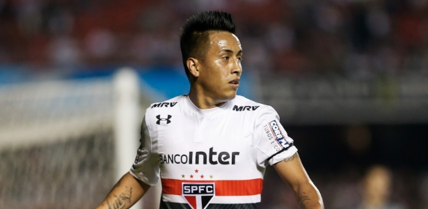 Cueva começou treino entre os reservas, mas foi observado no time titular