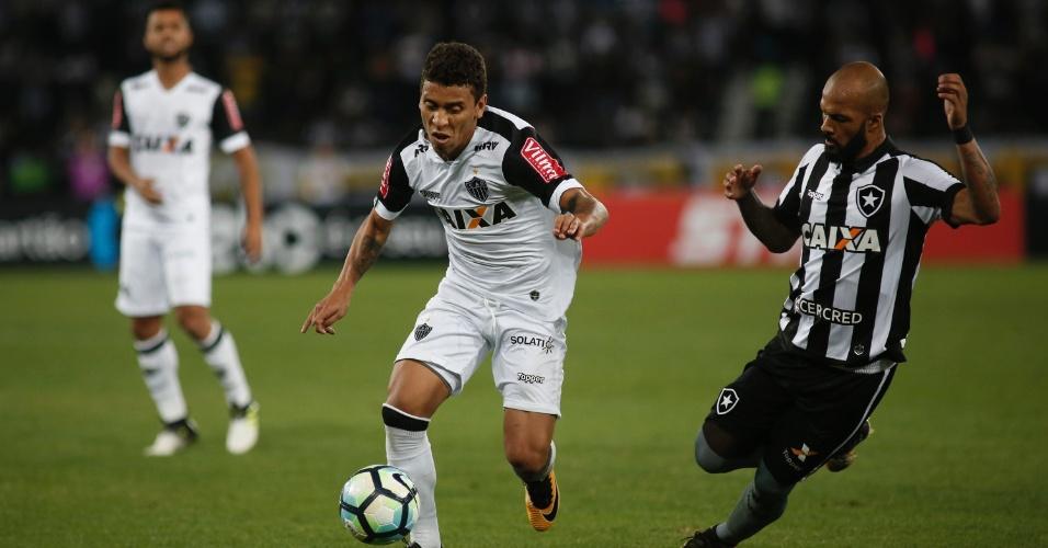 Marcos Rocha e Bruno Silva disputam jogada em Botafogo x Atlético-MG pela Copa do Brasil