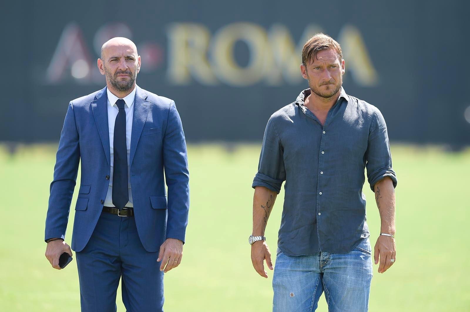 Francesco Totti trabalha pela primeira vez como dirigente da Roma