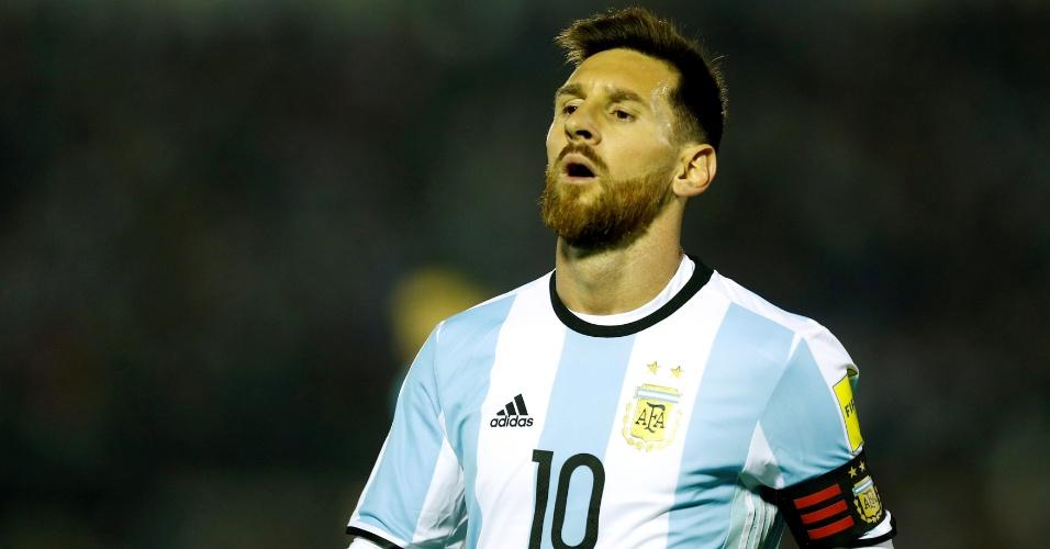 Messi suspira durante o confronto entre Argentina e Uruguai pelas eliminatórias