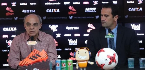 Ricardo Lomba (d) e o presidente Bandeira de Mello no primeiro dia de trabalho no Fla