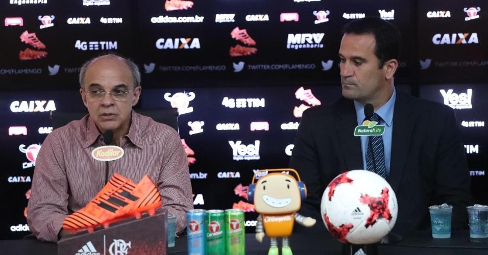 Ricardo Lomba (d) e o presidente Bandeira de Mello no primeiro dia de trabalho no Flamengo