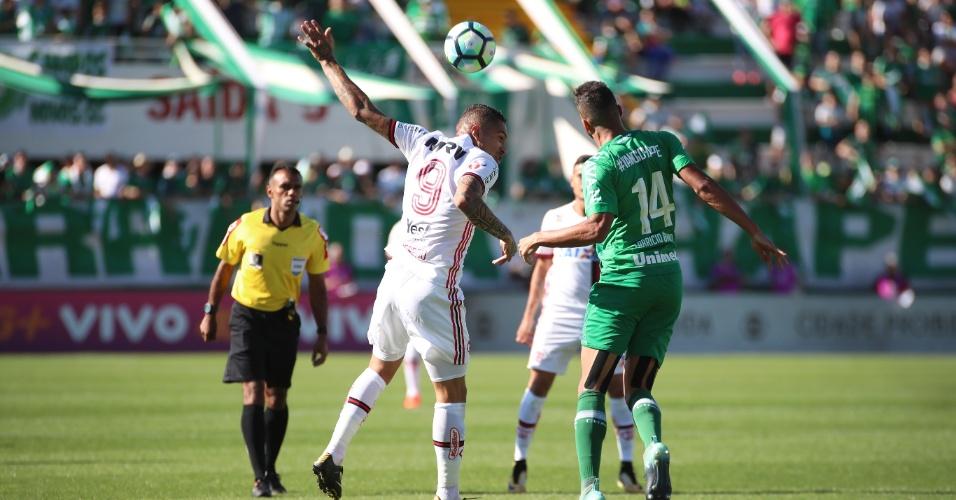 Guerrero disputa a bola com Fabrício Bruno no jogo entre Flamengo e Chapecoense