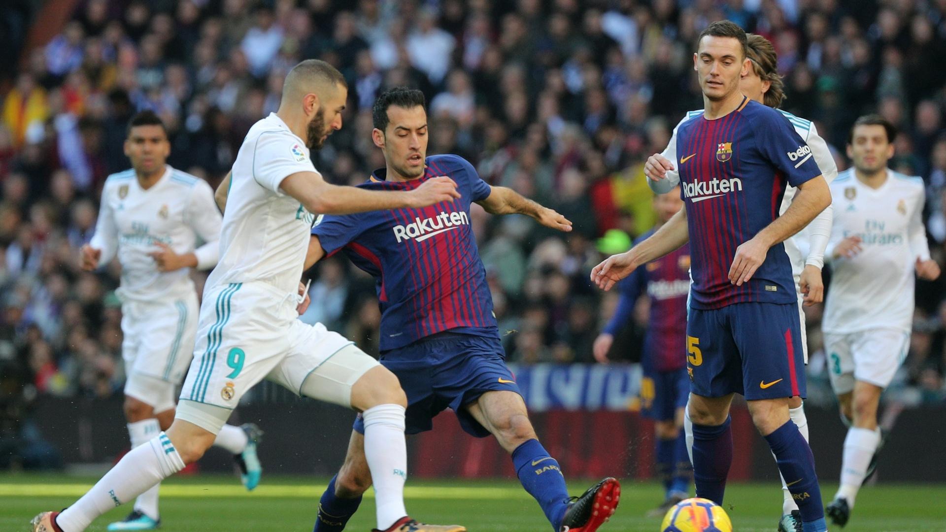 Disputa de bola entre Busquets e Benzema no clássico entre Real Madrid e Barcelona