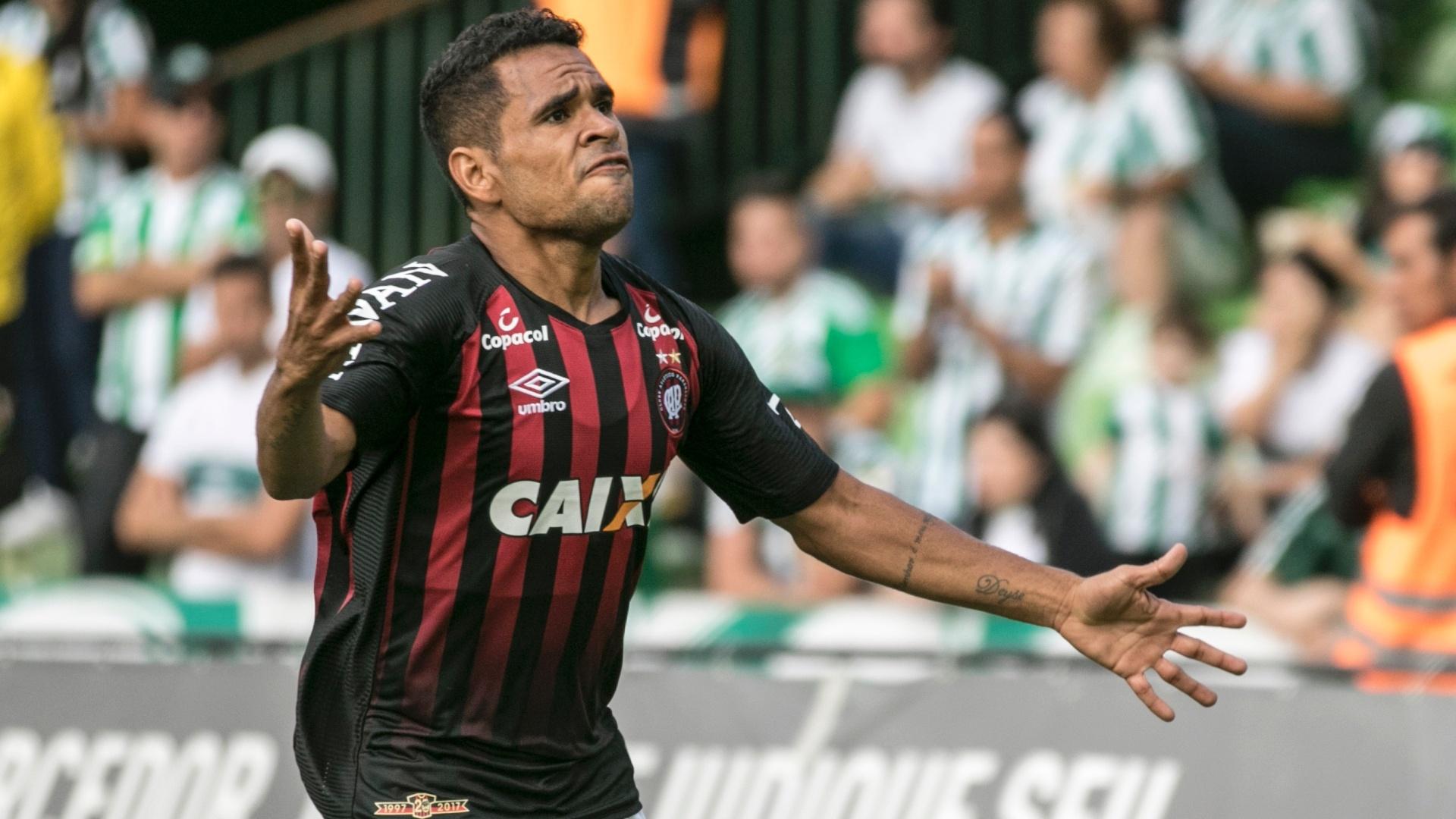 Ederson, jogador do Atletico-PR, comemora seu gol durante partida contra o Coritiba no estadio Couto Pereira pelo campeonato Paranaense 2018