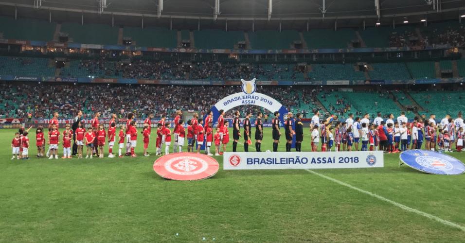Jogadores de Bahia e Internacional perfilados no gramado da Fonte Nova para hino nacional