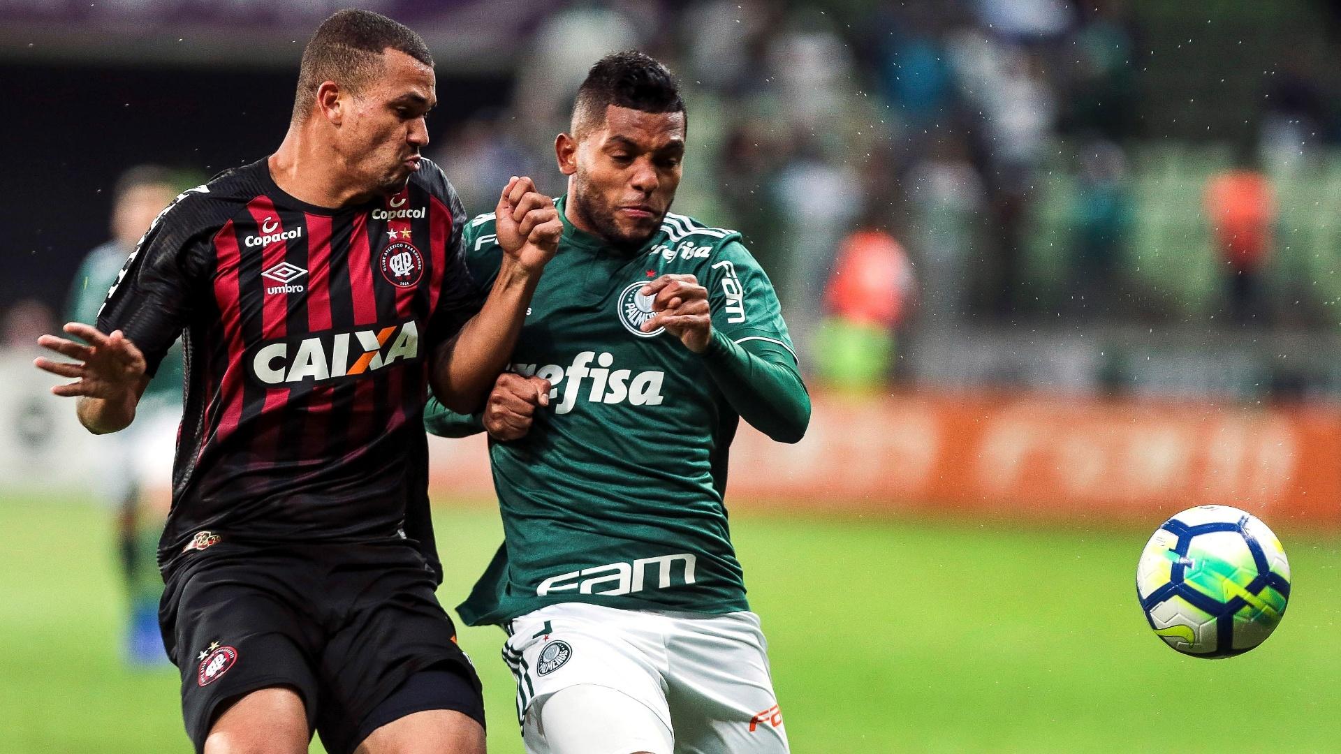 Miguel Borja disputa bola com Zé Ivaldo durante partida entre Palmeiras e Atlético-PR