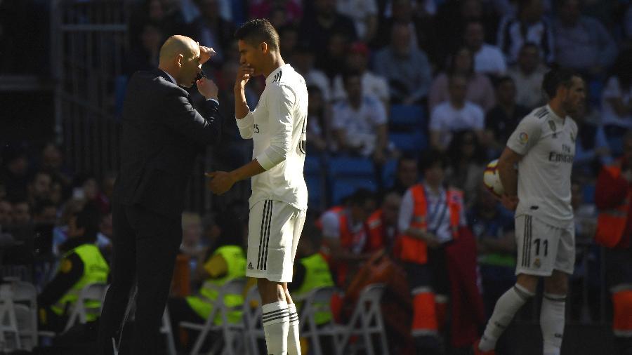 Raphael Varane conversa com técnico Zinedine Zidane - GABRIEL BOUYS/AFP
