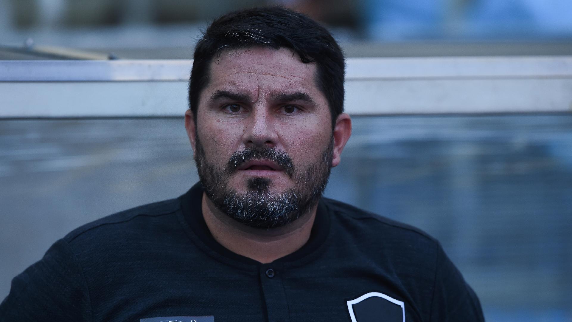 Eduardo Barroca comanda o Botafogo contra o Fluminense