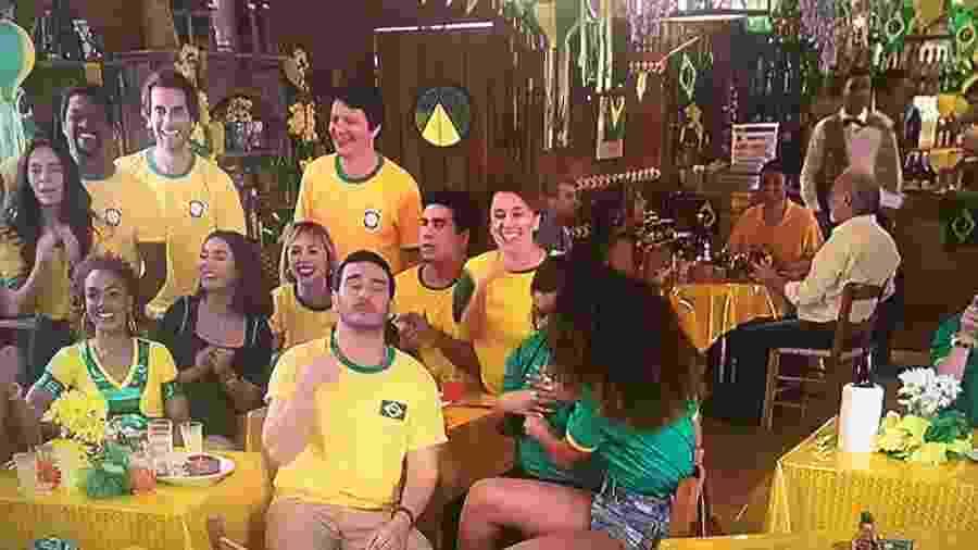 """Personagens da novela """"Verão 90"""" na expectativa pelo jogo da seleção brasileira na Copa de 1994 - Reprodução/TV Globo"""