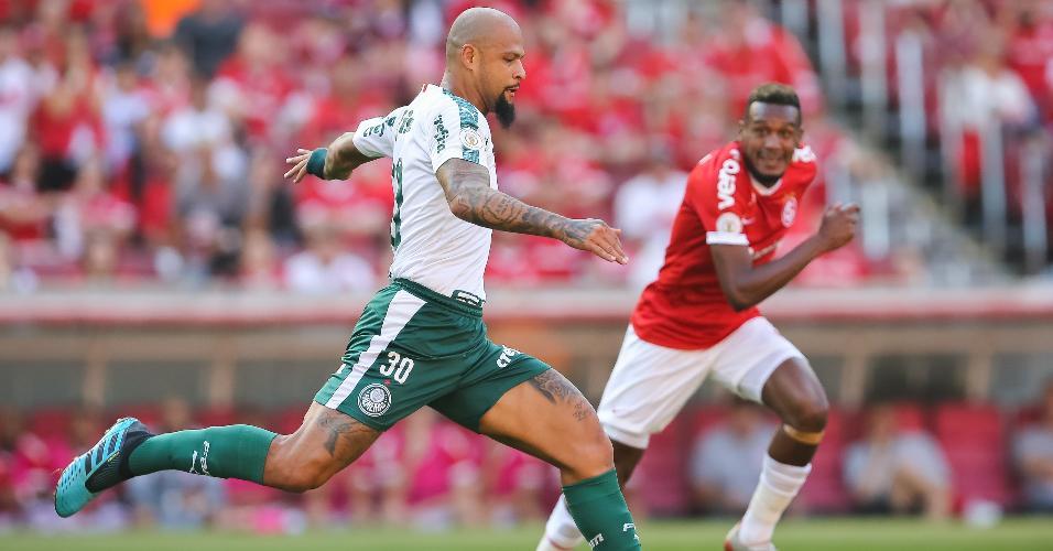 Felipe Melo, jogador do Palmeiras, disputa lance com Edenilson, do Internacional durante partida pelo Campeonato Brasileiro