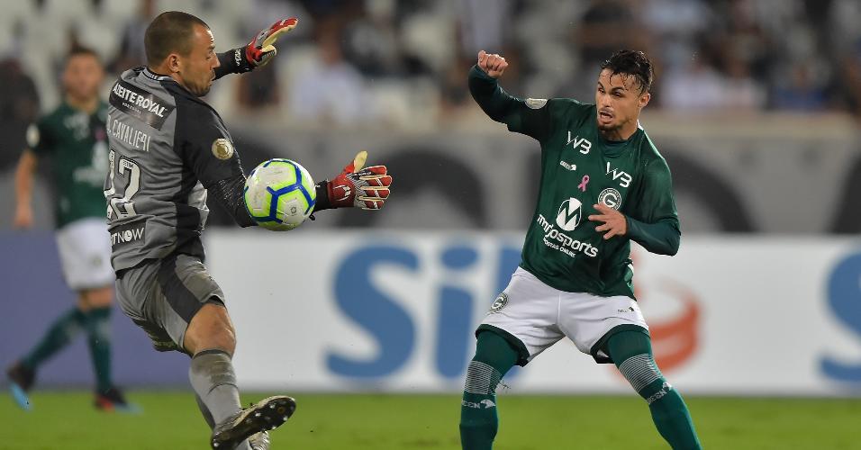 Michael, do Botafogo, disputa lance com Diego Cavalieri, do Goiás, durante partida pelo Campeonato Brasileiro