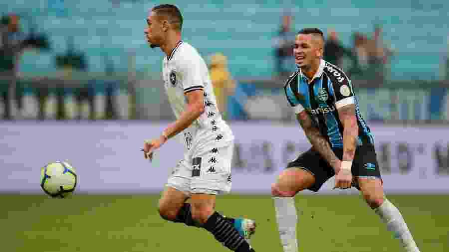 Luiz Fernando, hoje emprestado ao Grêmio, em 2019 com a camisa do Botafogo na Arena - REUTERS/Diego Vara