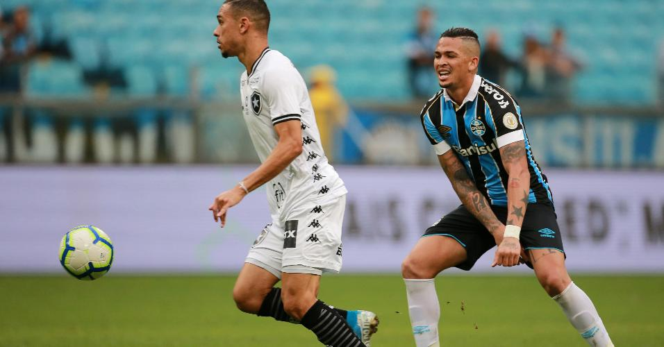 Luis Fernando, do Botafogo, em lance com Luciano, do Grêmio, em partida pelo Campeonato Brasileiro