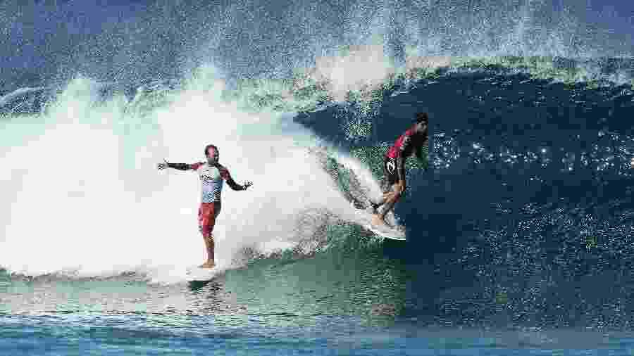 Gabriel Medina atravessa onda de Caio Ibelli nas oitavas de final do Pipe Masters, a última etapa do ano do Mundial de Surfe. O brasileiro foi punido pela manobra - Matt King/Getty Images/AFP