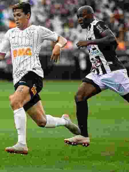 Mateus Vital, do Corinthians e Elacio, da Inter de Limeira, disputam bola em partida pelo Paulista - Daniel Vorley/AGIF